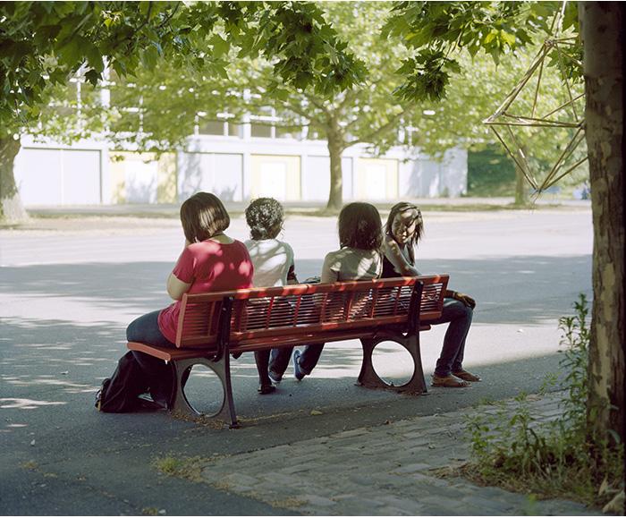 Quatre filles sur un banc, cité scolaire Jean-Jaurès, Montreuil, 2010