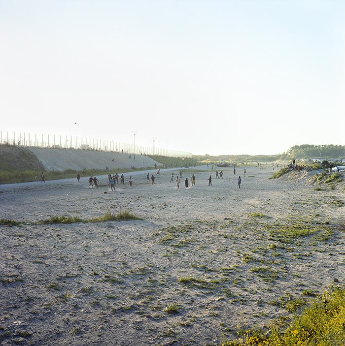 Une partie de football dans la zone des cent mètres comme à chaque fin de journée, Jungle de Calais, 11 octobre 2016