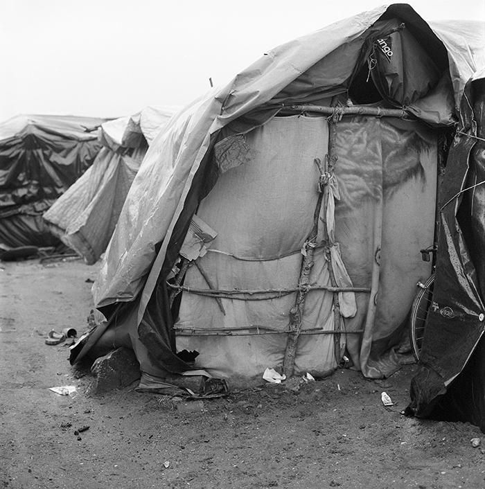 Une cabane le matin pendant que ses occupants dorment, Jungle de Calais, 22 février 2016