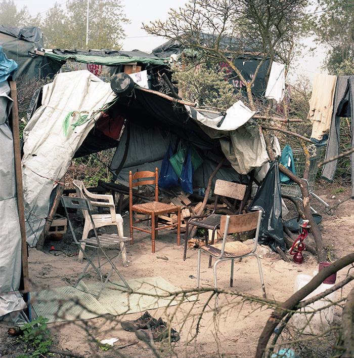 Salon et cuisine d'un groupe d'habitation soudanaises, Jungle de Calais, 9 mai
